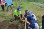 anggota KS Biodiv dengan Prof Gie menanam pohon bersama