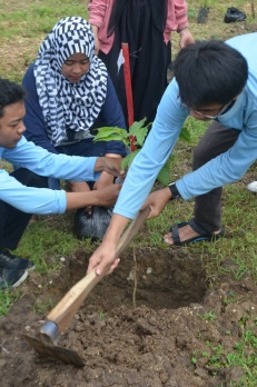 anggota KS Biodiv menanam pohon bersama