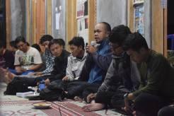 peserta saling berdiskusi tentang gunung lawu